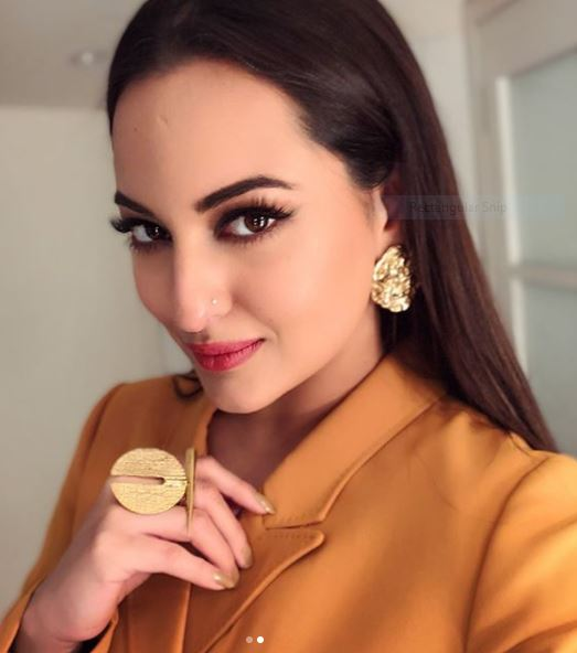Sonakshi Sinha Completed Her Look With Crudo Ear Tops Unico And Feroz Spike Ring From Label Flower Child By Shaheen Abbas For Movie Promotions
